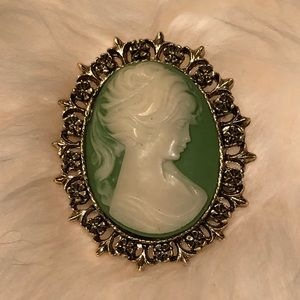 Vintage 💚 Gorgeous Green Cameo Brooch